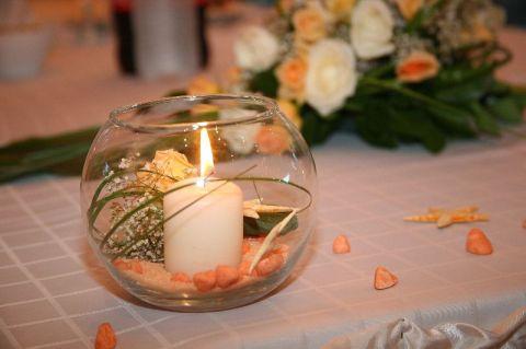 Свещниците на масите за гости - цветове - екрю, праскова, крем